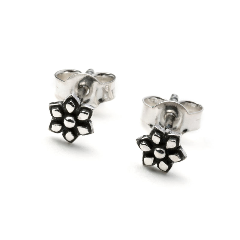 products/SilverFlowerStudEarring_3.jpg