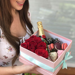 Paris Box -Caja con rosas, mini moet, macarrones y fresas con chocolate