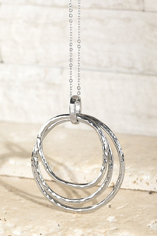 Hammered Metal Three Ring Pendant Necklace (Silver)