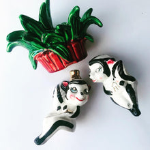 Load image into Gallery viewer, Vintage Skunk S + P Shakers