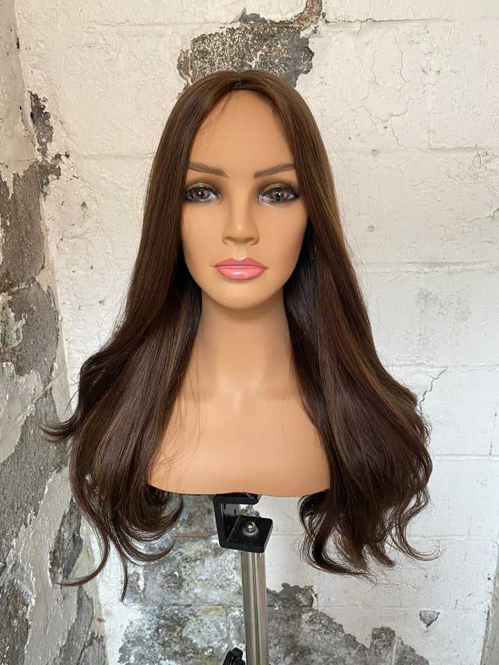 23'' Wavy Brunette Famous Maker Wig 1851/NO TAG