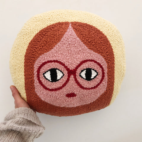 Coussin rond Punch Needle - PinkSkin - fille rousse