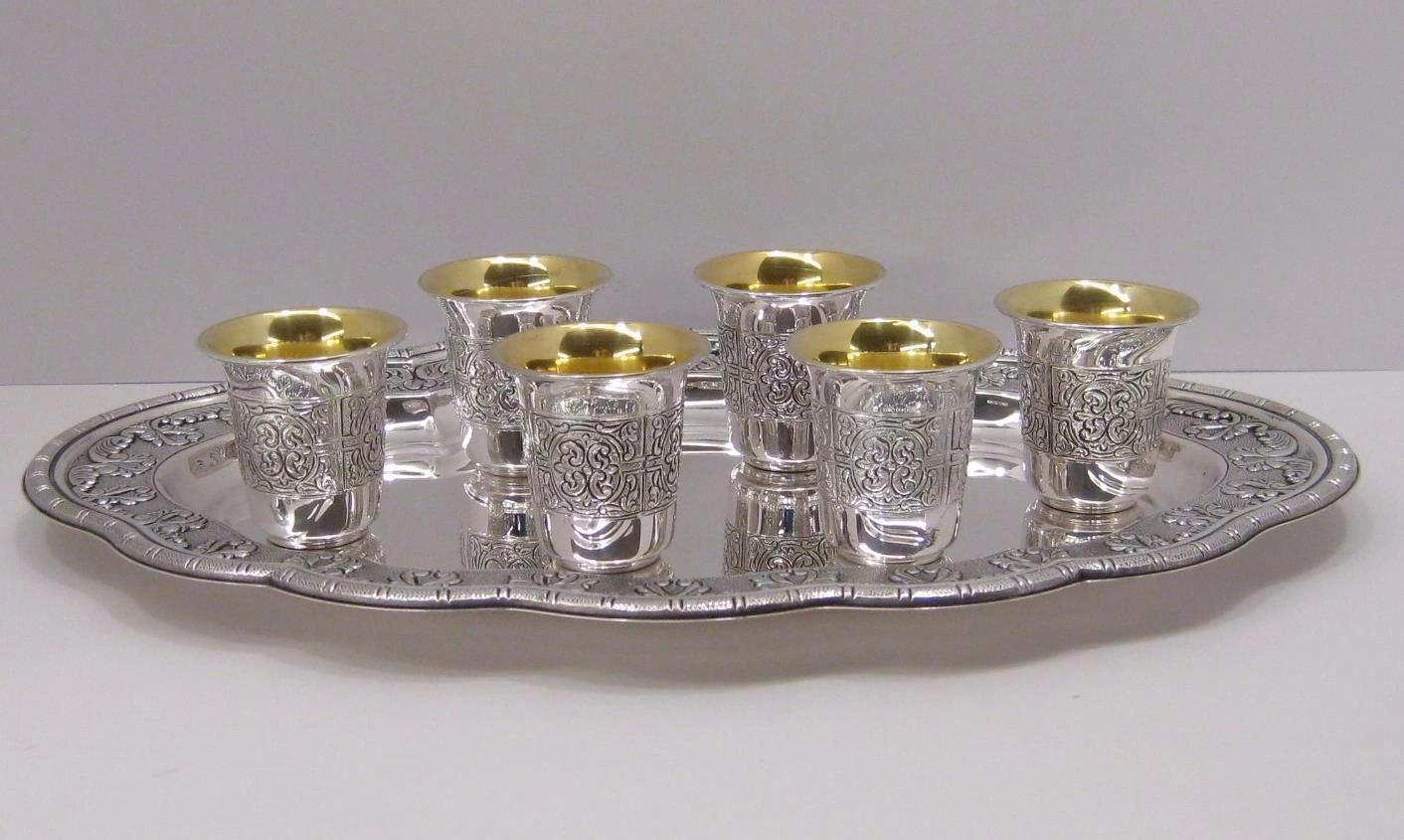 FINE 925 STERLING SILVER & GOLD PLATED CHASED 6 LIQUOR SET CUP & TRAY