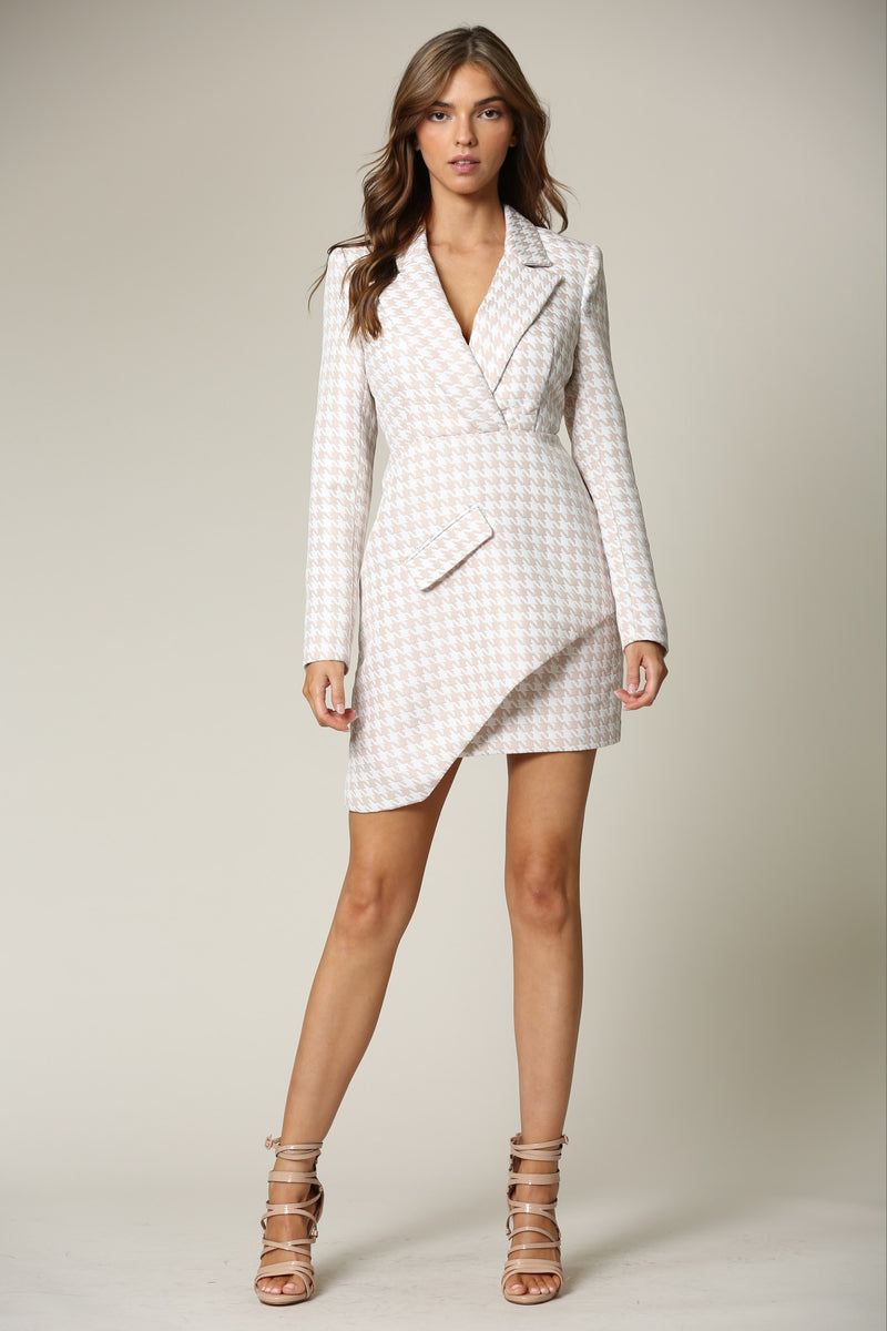 A JACQUARD BLAZER DRESS FEATURING A HOUNDSTOOTH PATTERN