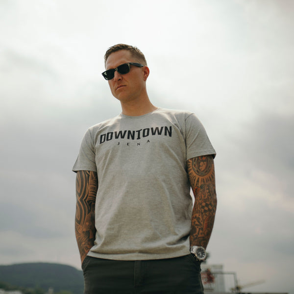 """Downtown Logo Tee"" in Grau"