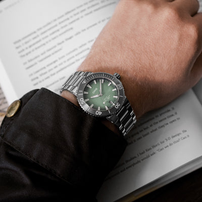 Oris Aquis Date 39.5mm Mint Green On Bracelet alternate image.