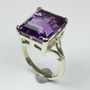 Stunning 9ct White Gold Emerald Cut Amethyst Ring