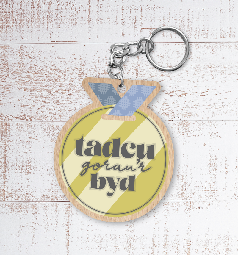 Tadcu gorau'r byd medal (Best Grandfather in the world medal) Painted Wooden Keyring