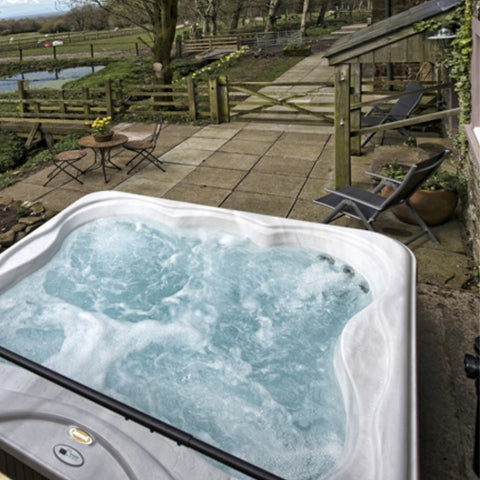 Jacuzzi® Hot Tub Lodge™ M