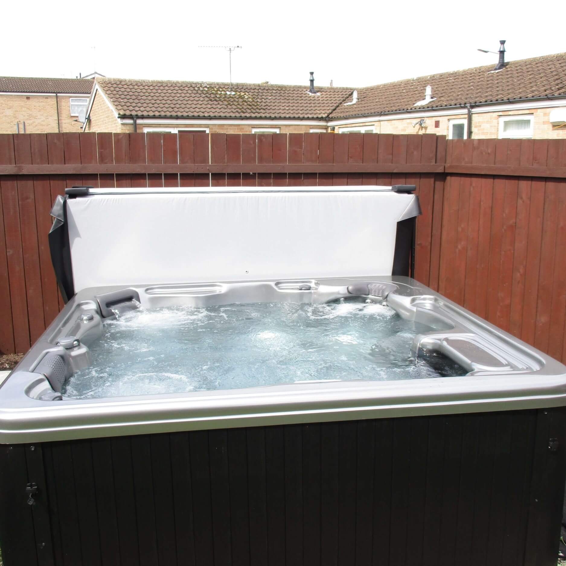 Outdoor luxury hot tub outdoor living - How to choose a hot tub ...