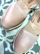 Load image into Gallery viewer, Whitened Rose Gold Flatform Solillas Sandals - Size 6