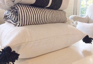KESH PILLOW SOLID WHITE W/BLACK POM POM