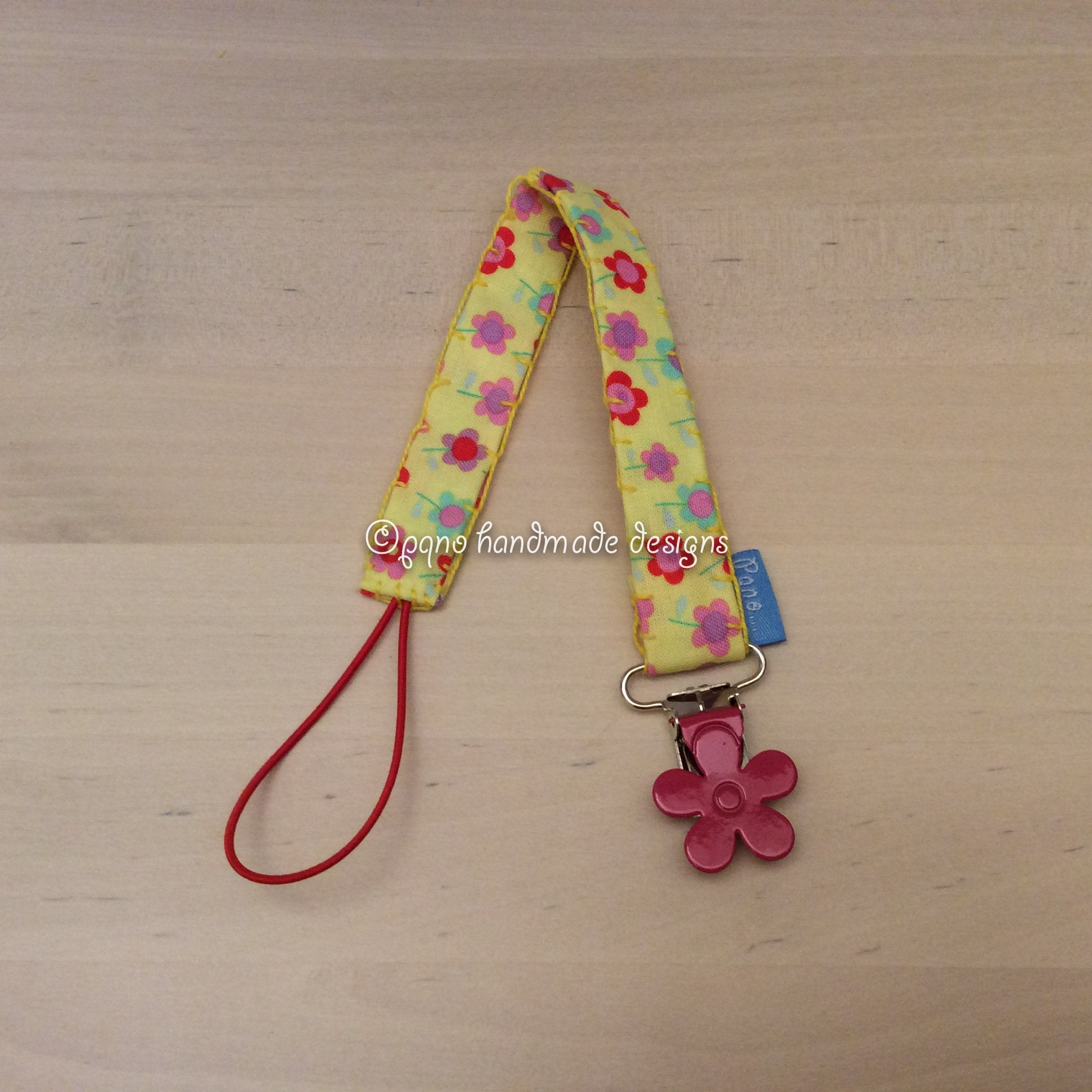 Chupetero flores fondo amarillo - Cinta xumet flors fons groc - Pacifier holder flowers yellow background strap - Smokkesnor blomster gul backgrunn stropp