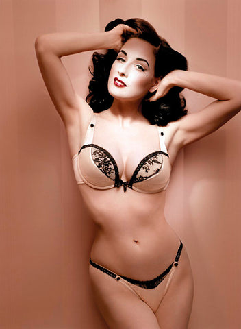 The lovely Dita Von Teese rocks the pinup look