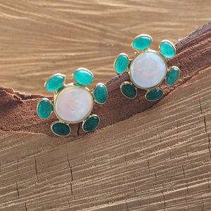 Pearl with green onyx studs