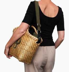 Pako bamboo bag and the Green bag in fabric on a women's shoulder. Pako bamboo bag and a green cloth bag on a woman's shoulder.