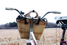 Load image into Gallery viewer, Pako bicycle bag handmade in bamboo attached to a bicyle handle. Pako bambuväska på ett cykelhandtag