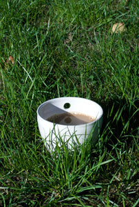 Single cup in the grass. En kopp i gräset