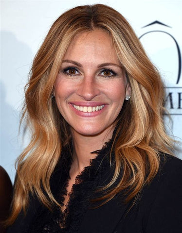 Julia Roberts with warm balayage and layered haircut