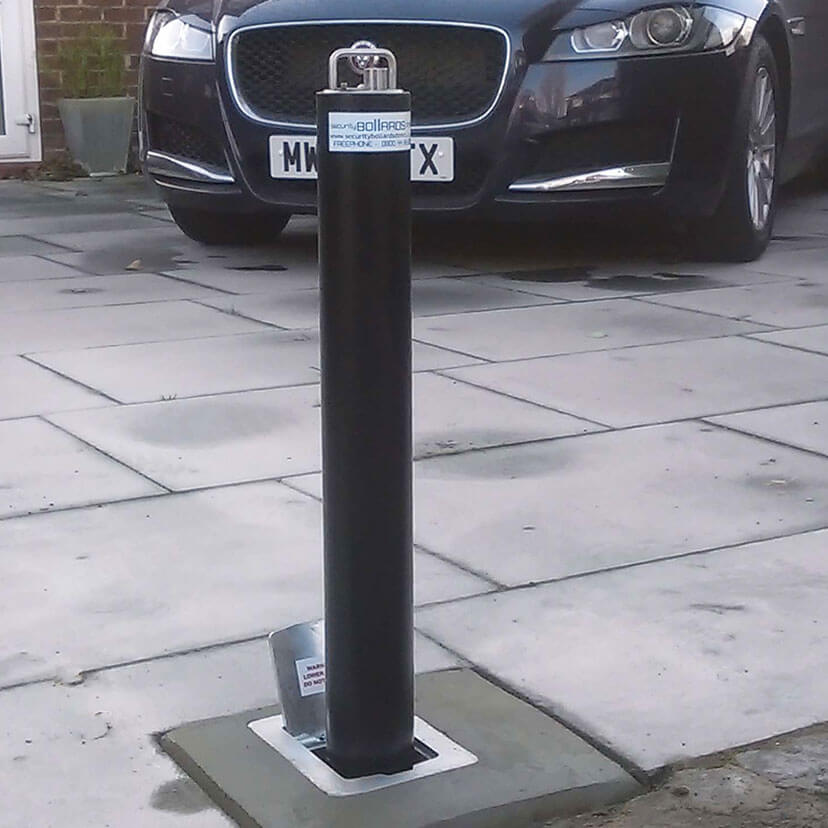 R5 Telescopic bollard in Black on a natural stone driveway