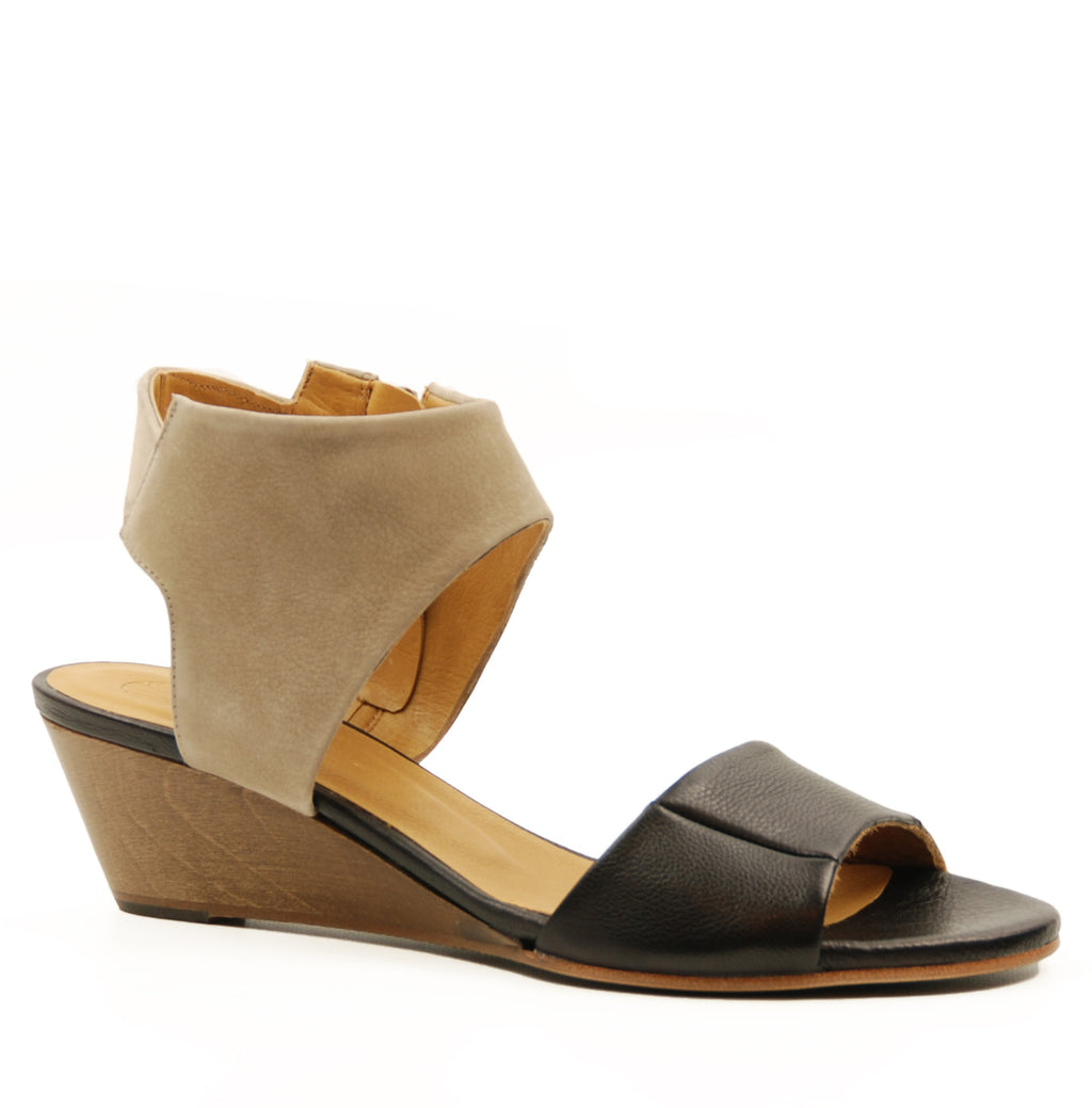 Coclico Kiss Black & Lyon Castor Wedge Sandal