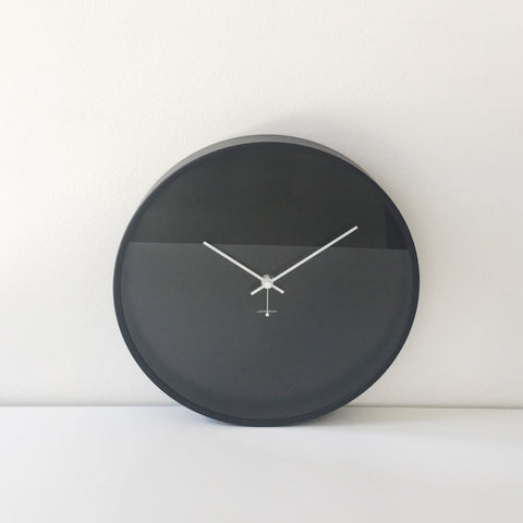 Minimal Clock in Black