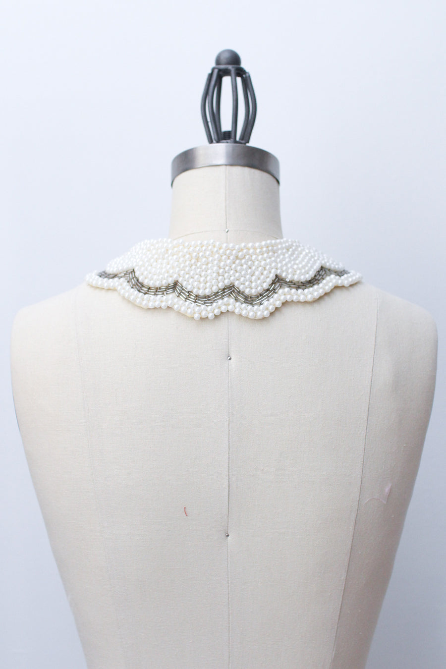 Detachable scallop edge collar