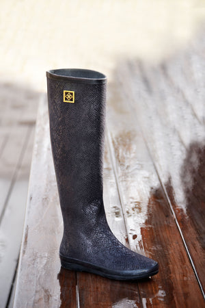 Women's fashion roll up waterproof dav rainboot Austin Snake Black.