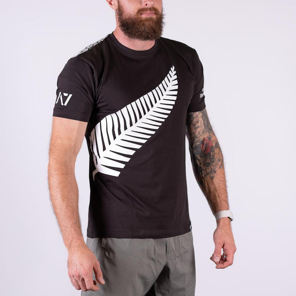 A7 New Zealand Bar Grip T-shirt, great as a squat shirt. Purchase New Zealand Bar Grip tshirt from A7 UK. Purchase New Zealand Bar Grip Shirt Europe from A7 UK. Best Bar Grip Tshirts, shipping to UK and Europe from A7 UK. New Zealand bar grip tshirt has a unique New Zealand silver fern flag print! The best Powerlifting apparel for all your workouts. Available in UK and Europe including France, Italy, Germany, Sweden and Poland