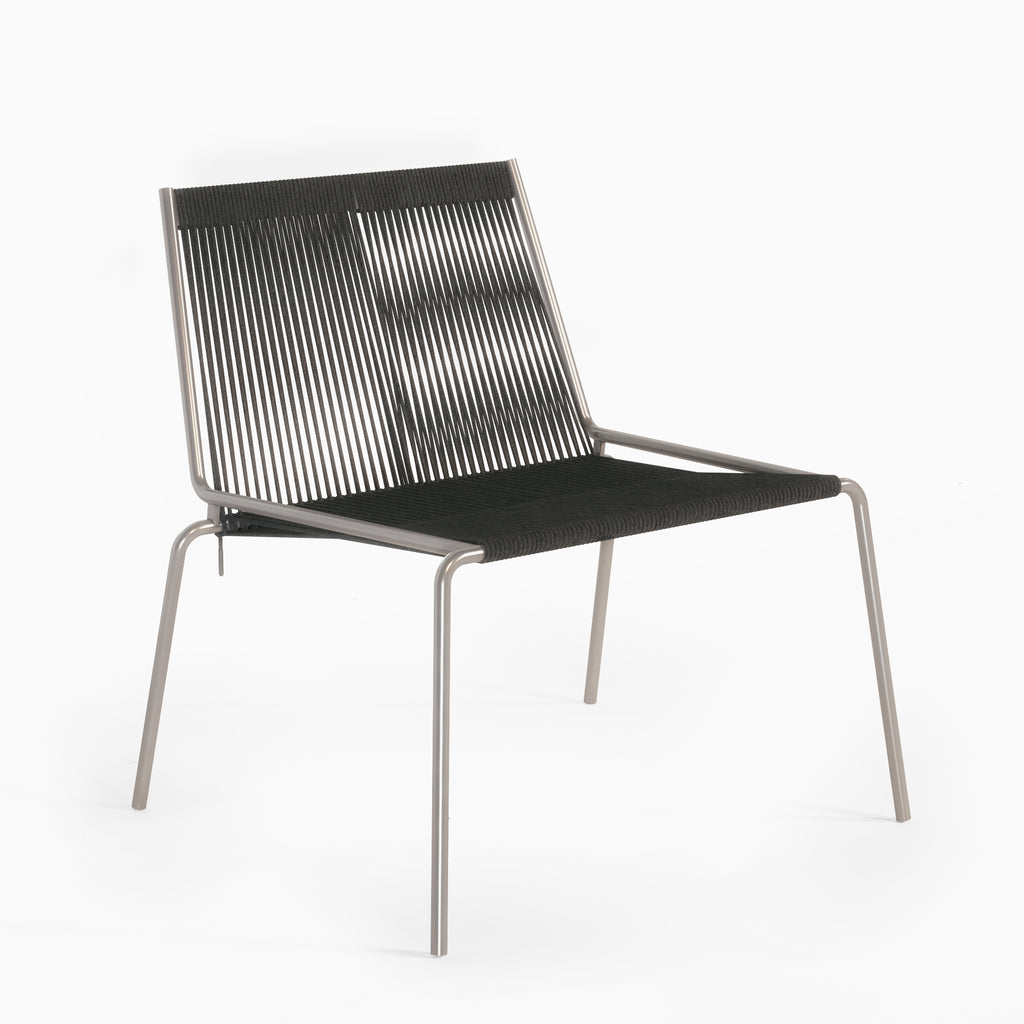 Studio Thorup Noel Lounge Chair, Sort stel og sort flagline