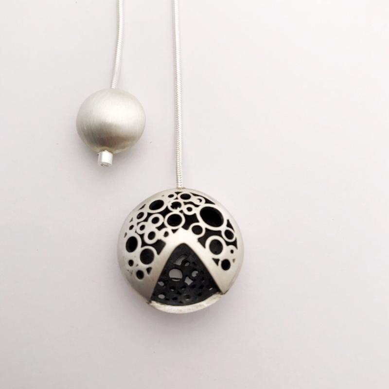 V moon drop neckpiece