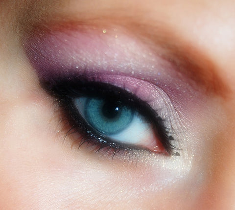 Shimmery hooded eyeshadow look