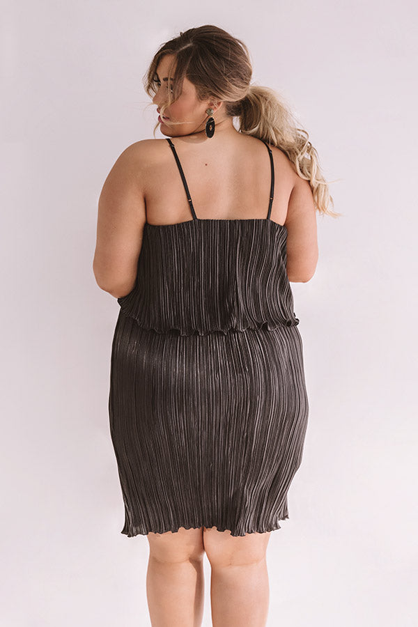 Skyscraper Views Pleated Midi Dress In Black
