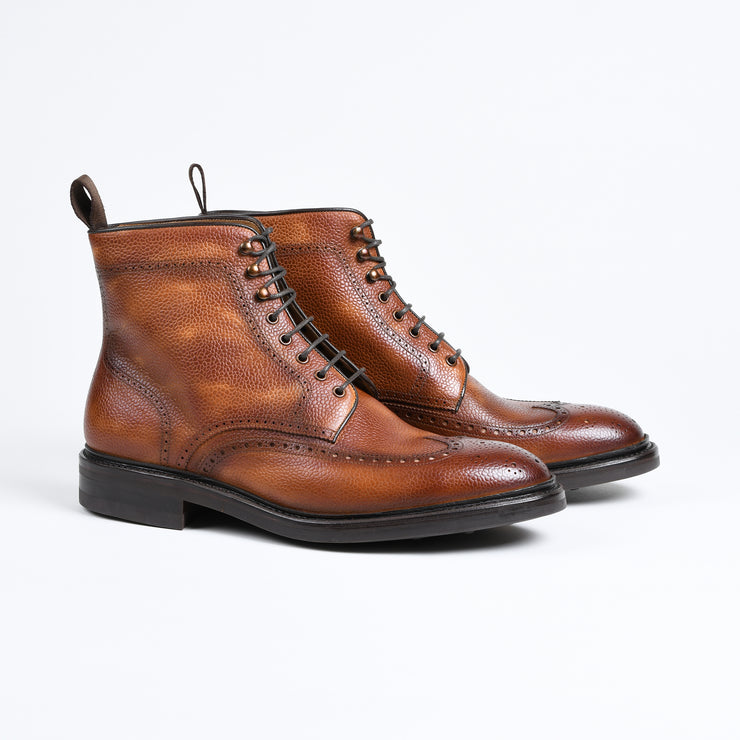 Lace-up brogue boot in patinated brown scotch grain