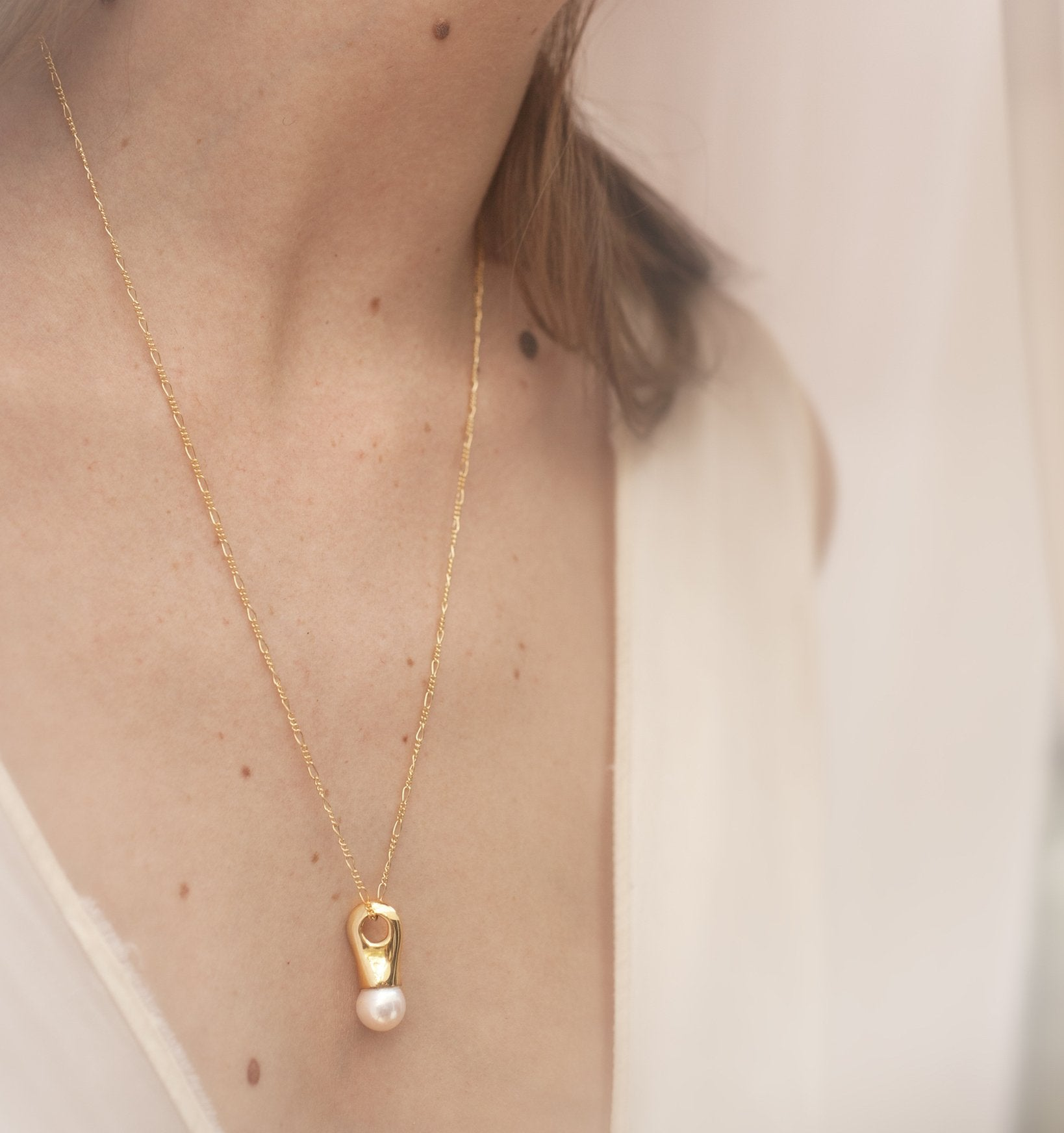 Fluid pearl drop pendant necklace