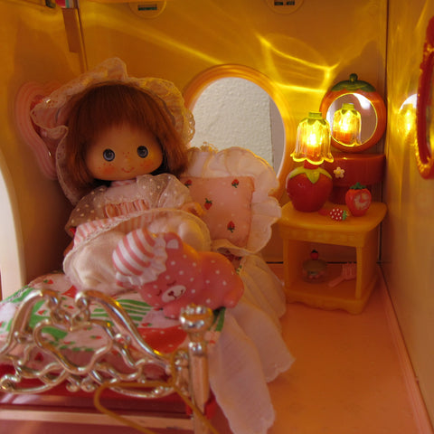 Strawberry Shortcake in the Berry Snuggly Bedroom