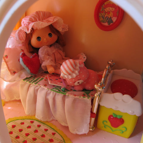 Strawberry Shortcake Berry Snuggly Bedroom