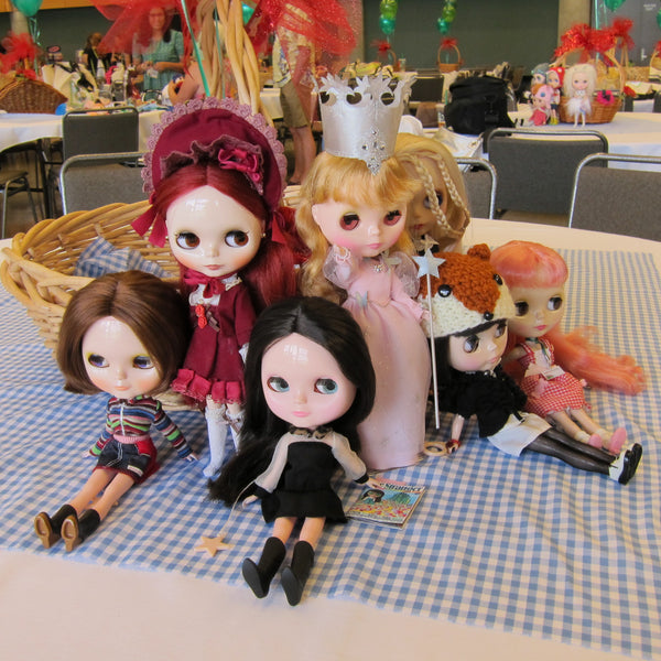 Blythe-dolls-on-display-at-BlytheCon-Seattle