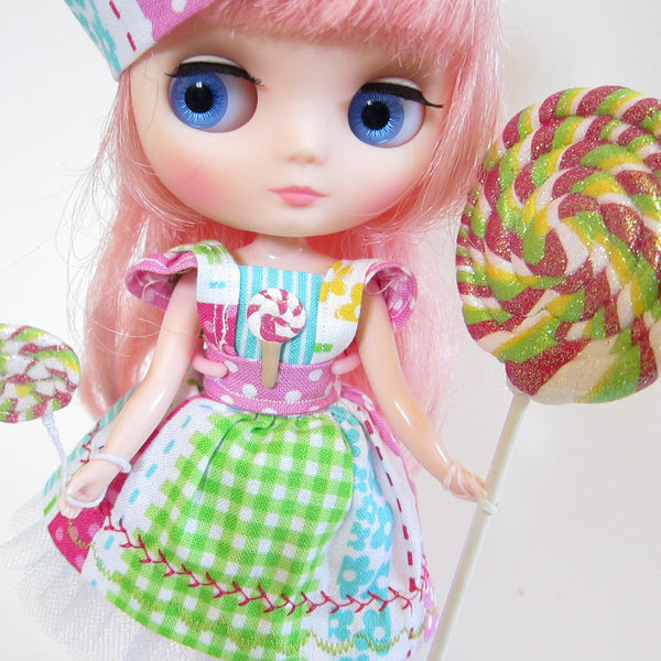 Middie Blythe doll with lollipops