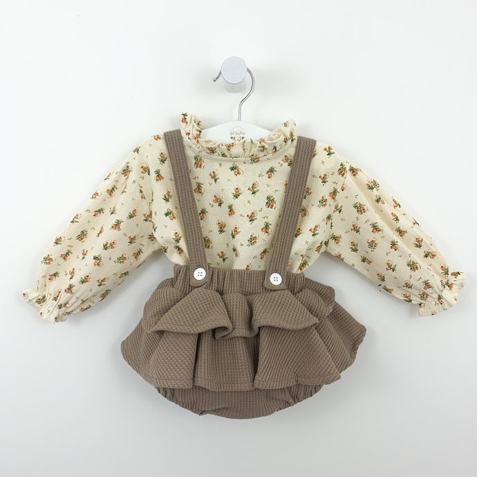 Baby girls long sleeve shirt and frilly bloomers set. Shirt is made up in an apricot floral print and the bloomers come in mocha. Stylish and beautiful outfit for baby girls and toddlers.
