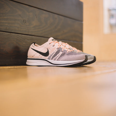 NIKE FLYKNIT TRAINER SUNSET TINT BLACK WHITE