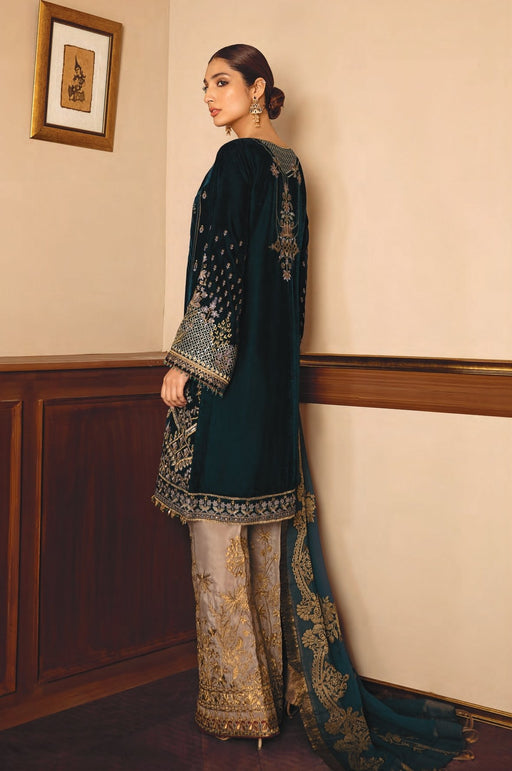 wishcart-Pakistanisuits-Baroque Luxury Velvet Suits-08 Gleam
