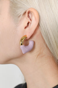 LILAC RUBBERIZED SMALL GOLD EARRINGS