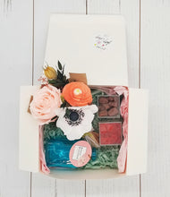 Load image into Gallery viewer, Flower Bouquet Comfort Gift Box
