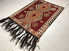 Load image into Gallery viewer, 3 x 5 Bohemian Tasseled Kilim Red & Green Black Detail