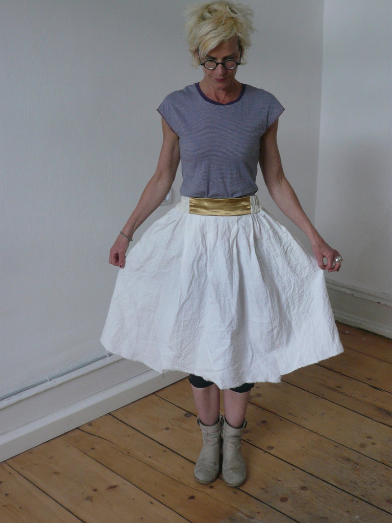 a ................. big skirt linnen and t-shirt