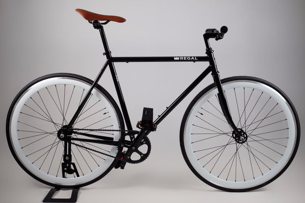 The Duke is a Black Framed Single Speed Bike that can also be ridden as a single speed bike, it has white wall rims 40 MM deep and comes with Regal's fabric pedal straps