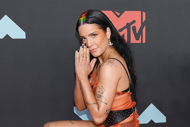 Halsey shows off her gold Diaboli Kill Damian Brevis Horn Ring at the MTV VMAs
