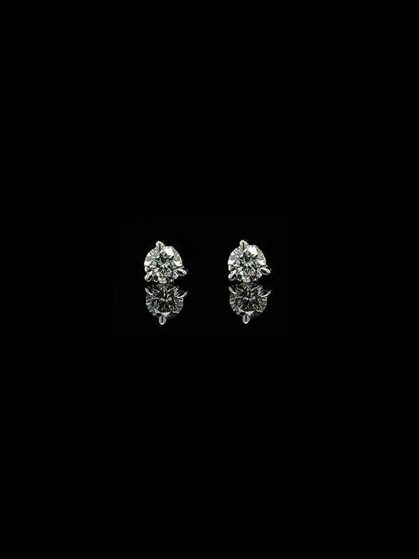 https://cdn.shopify.com/s/files/1/0154/2755/files/MAREI-petite-white-diamond-stud-earrings-fvs-0.34CTW-18k-whitegold.mp4?v=1618164063