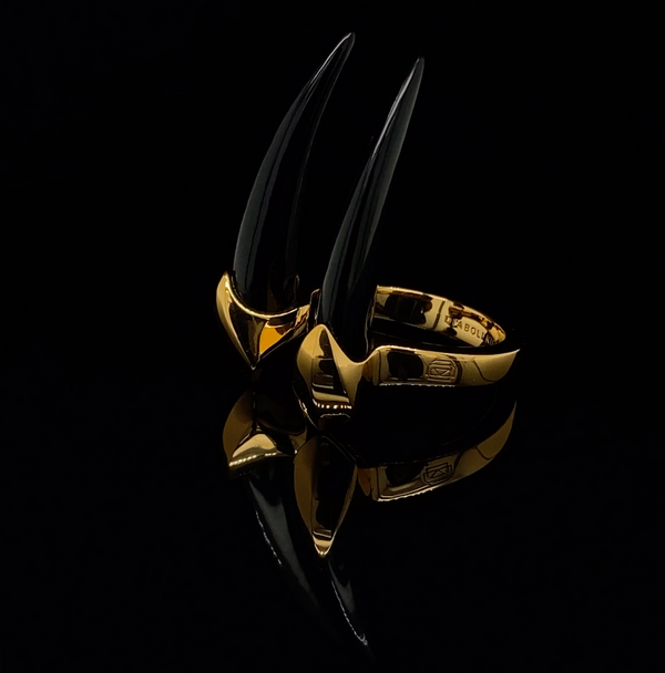 https://cdn.shopify.com/s/files/1/0154/2755/files/angie-marei-diaboli-kill-damian-onyx-mini-horn-ring-18k-yellow-gold-yg.mp4?v=1619987451